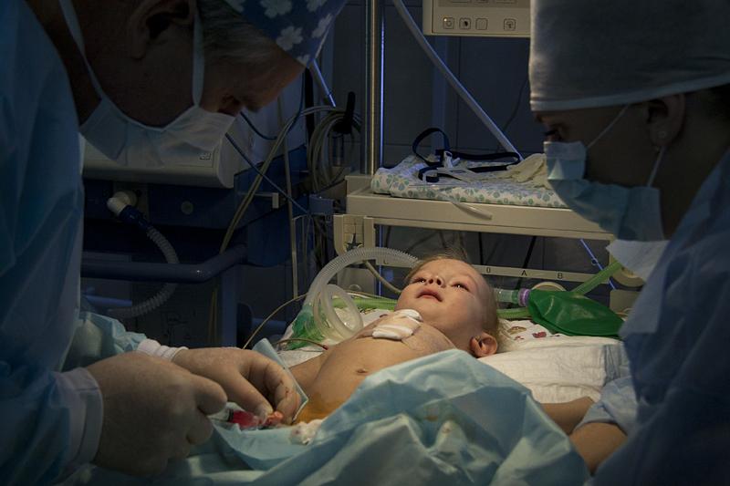 Десять иголок неведомым  образом оказались втеле малыша