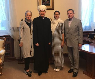 Муфтий Гайнутдин подарил Коран певице Алсу и ее свекру – бизнесмену Абрамову
