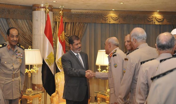 Президент Мурси принимает военных