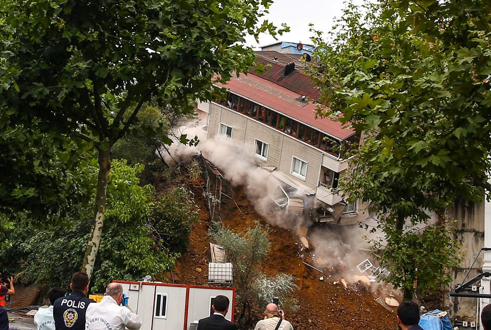 В Стамбуле за мгновение обрушился жилой дом (ВИДЕО)
