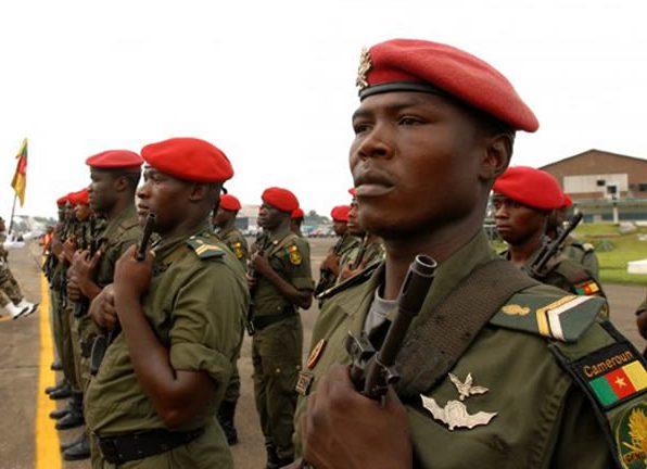 Военные Камеруна расстреляли двух «исламисток» с малолетними детьми на руках (ВИДЕО 18+)