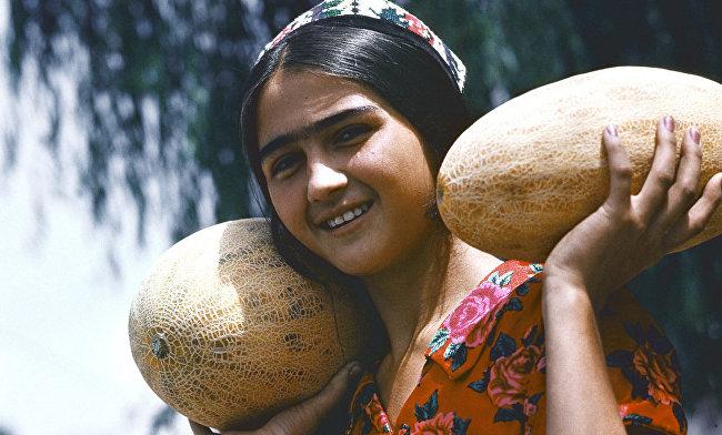 Жительница Таджикистана несёт дыни
