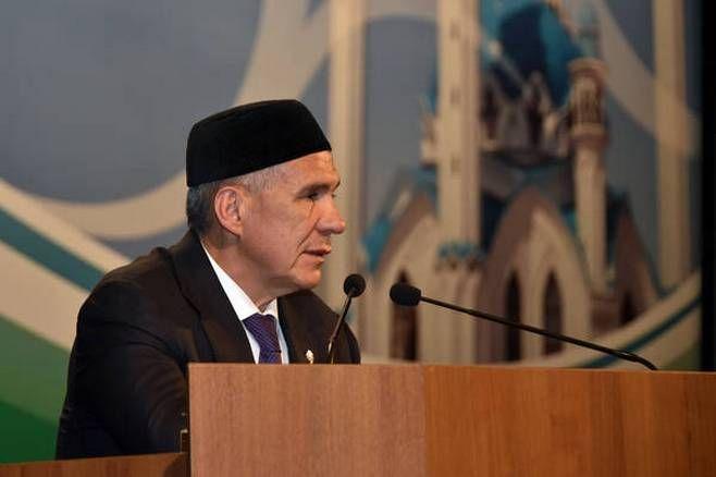 Минниханов выступает перед татарскими религиозными деятелями