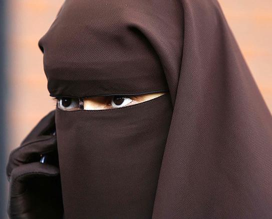 ВДании вступил всилу запрет носить скрывающие лицо головные уборы