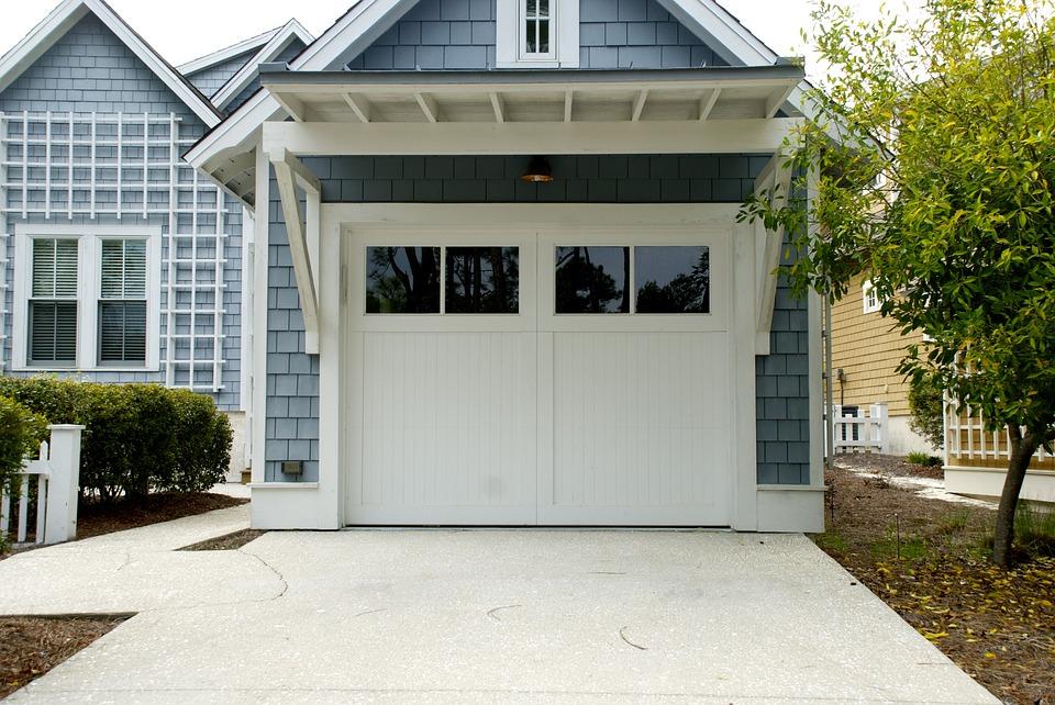 Достоинства выбора автоматических секционных ворот для своего гаража