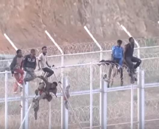 """Сотни """"человеков-пауков"""" из Марокко прорвались в Испанию (ВИДЕО)"""
