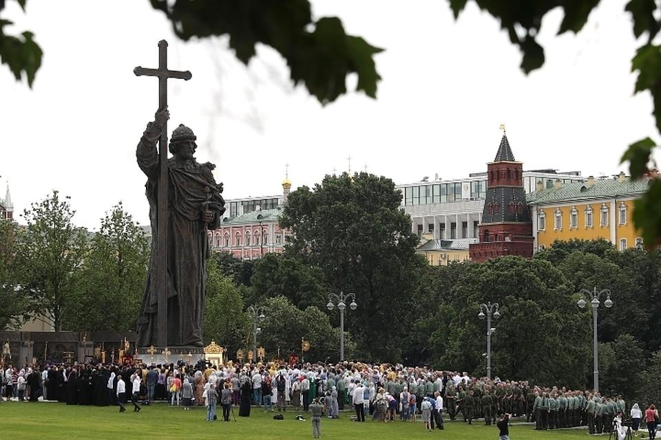 Собрание верующих у изваяния князя Владимира на мероприятиях по случаю 1030-летия крещения Руси