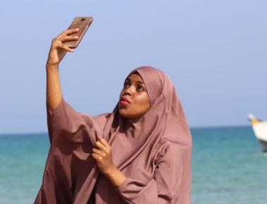 В мусульманской стране женщинам в хиджабе предлагают раздеться до трусов, чтобы поплавать