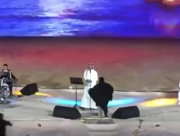 В Саудовской Аравии женщина бросилась обнимать певца на сцене – чем это закончилась (ВИДЕО)