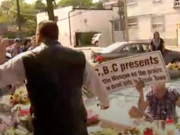Пропагандист исламофобии очутился в фонтане (ВИДЕО)