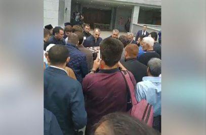 Тело Орхана Джемаля при большом стечении людей доставили в Соборную мечеть Москвы (ВИДЕО)