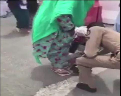 Полицейский жертвует свою обувь