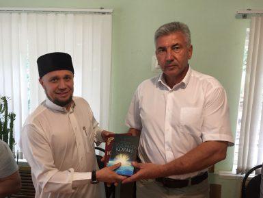 В мечети Каменки высокого гостя встретили чаем и социальной доктриной ислама