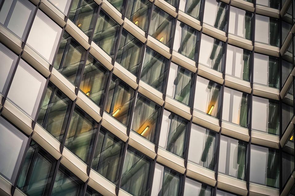 Декорирование фасада с применением стеклопластика: заметные плюсы