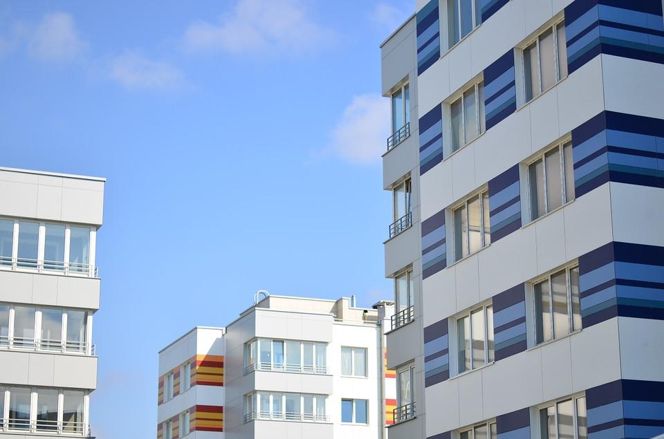 Увеличиваем небольшую квартиру в Домодедово за счет остекления балкона