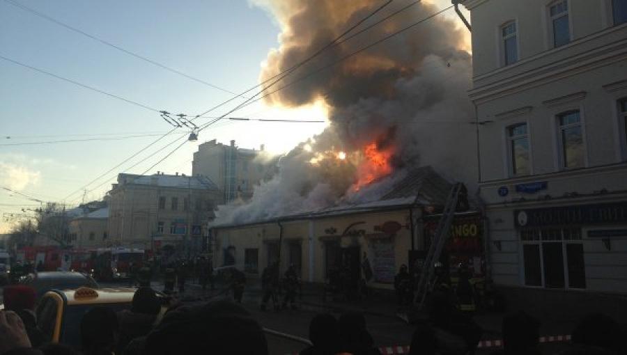 Очевидцы сняли горящий ресторан