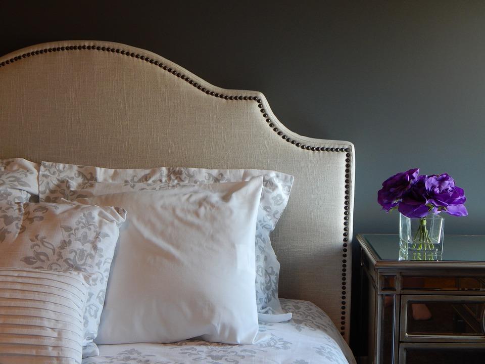 Дизайн интерьера загородного дома: оформление спальни в стиле прованc