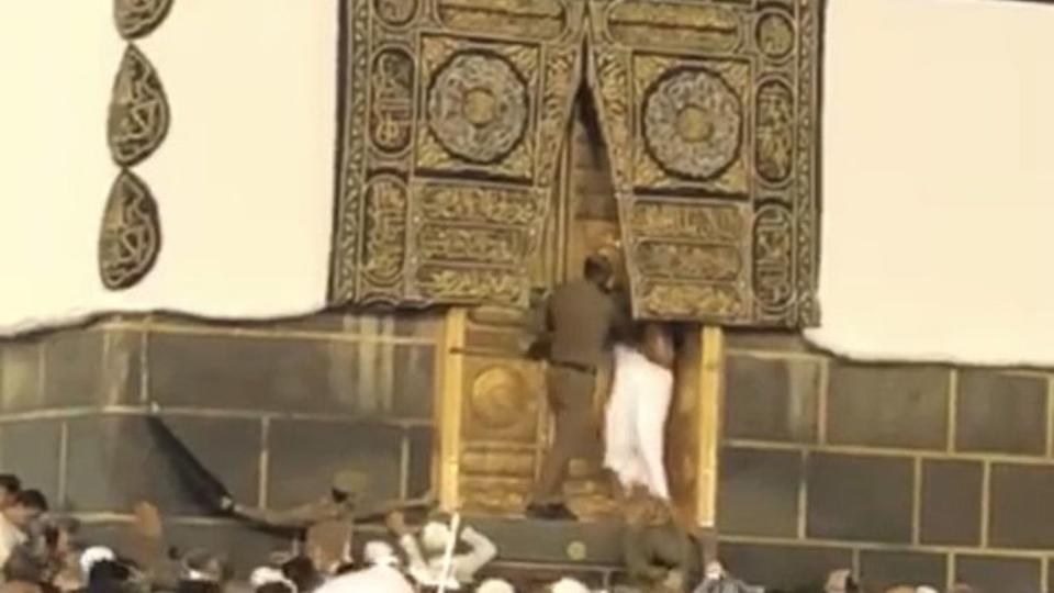 В Мекке паломник попытался открыть дверь Каабы (ВИДЕО)
