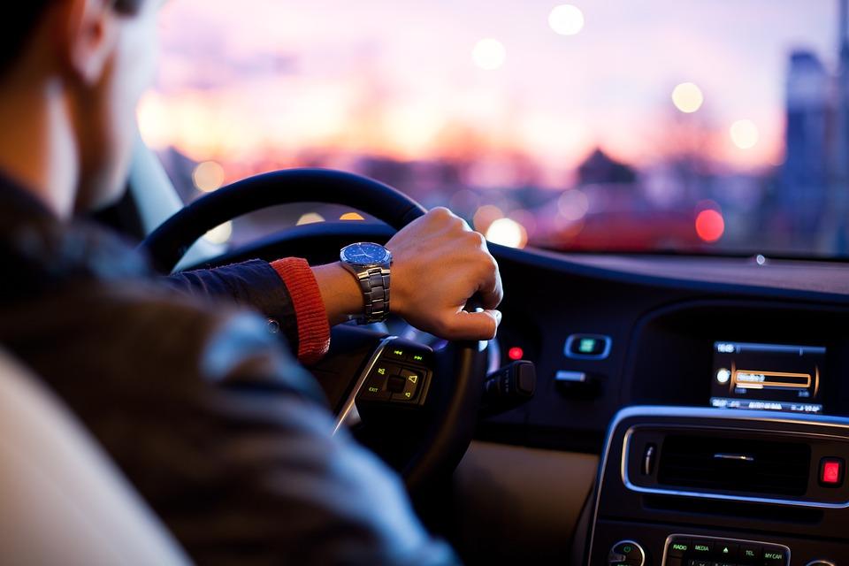 Арендовать автомобиль с личным водителем – очень удобно и при этом легко