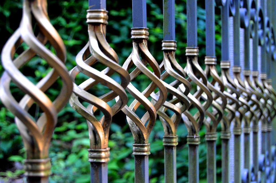 Почему стоит выбирать кованый забор для своего участка?