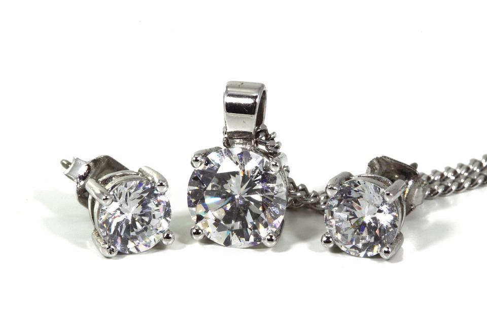 7 причин купить серьги с бриллиантами
