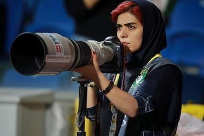 Иранка с фотоаппаратом оригинально обошла запрет на просмотр футбола