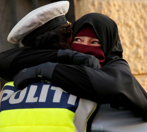 Объятия полицейского и женщины в никабе произвели фурор в соцсетях