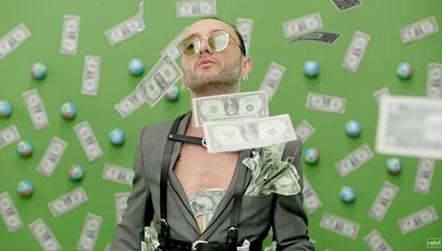 Турецкую поп-звезду подвёл клип с долларами (ВИДЕО)