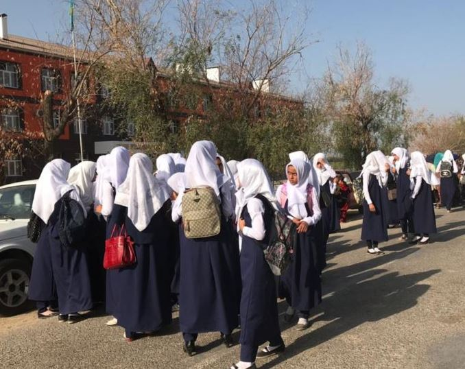 Школьниц Казахстана вынудили снять платки (ВИДЕО)