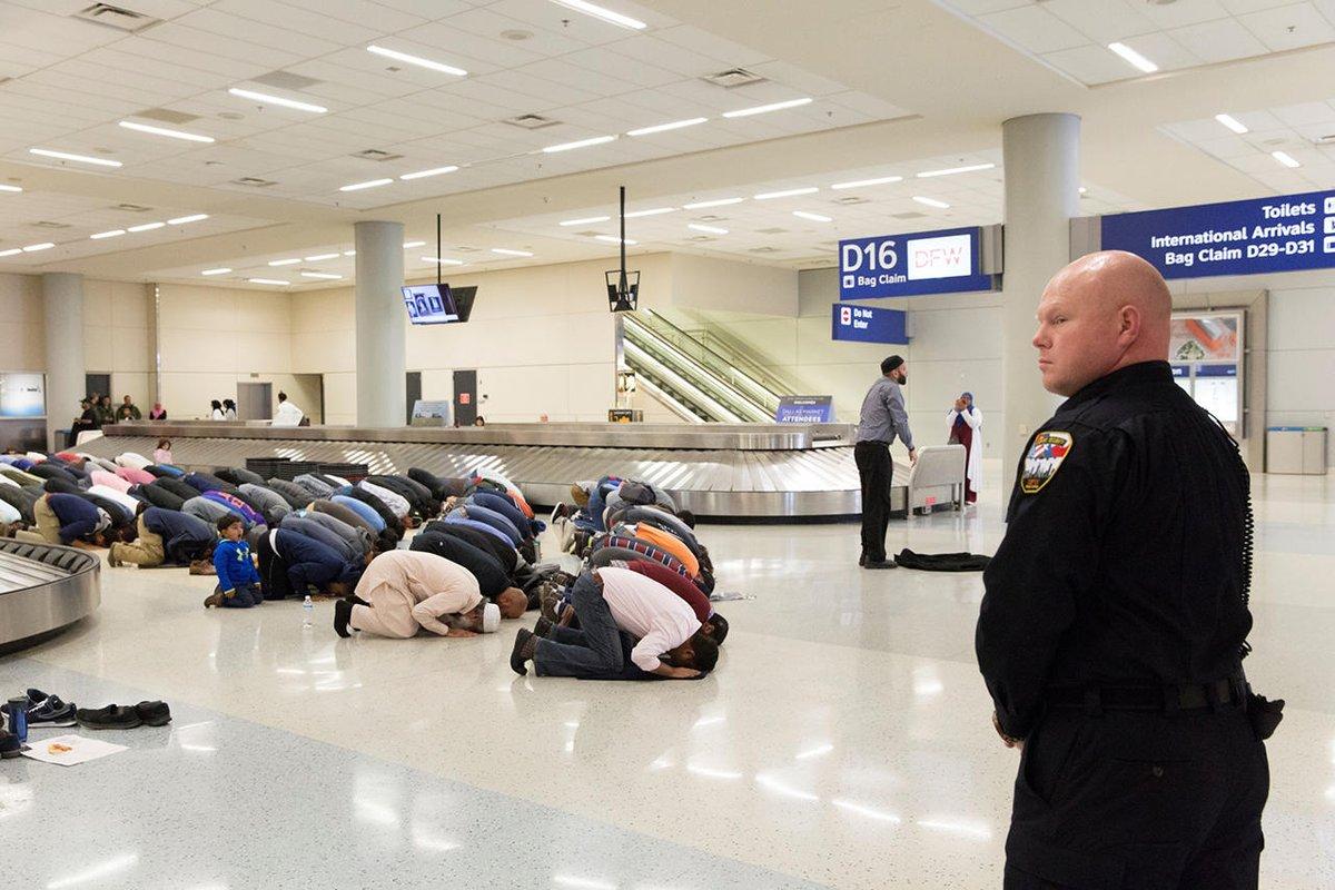 Намаз в аэропорту. Фото: