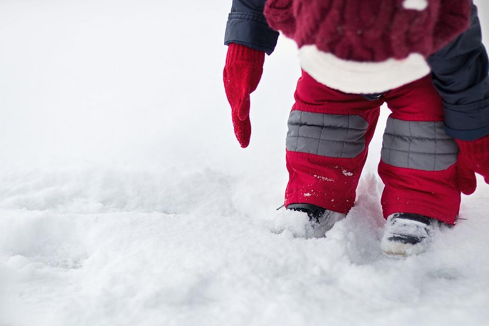 Особенности выбора и покупки детских комбинезонов на зиму