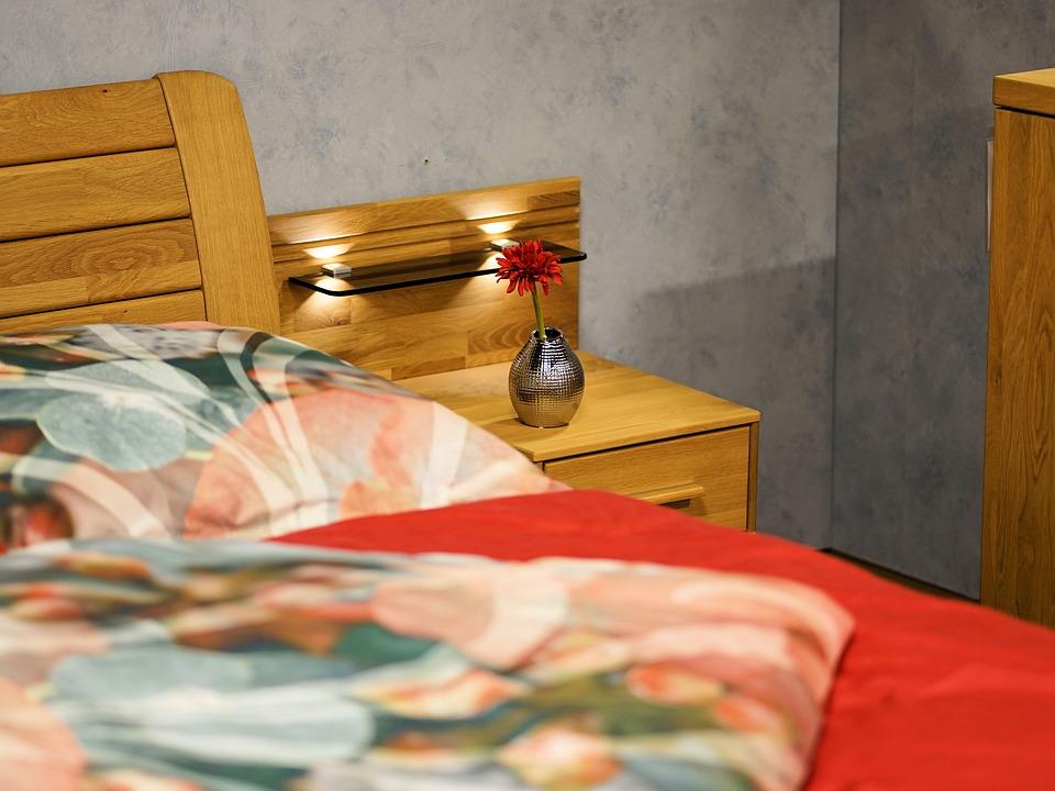Чем так привлекательна стильная и качественная мебель из массива сосны?