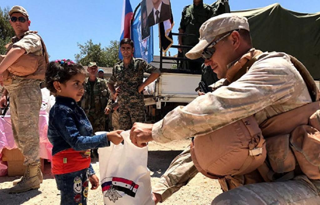Раздача благотворительной помощи российскими военными в Сирии