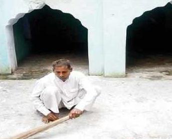 Индуист поражает своими действиями с домом Аллаха