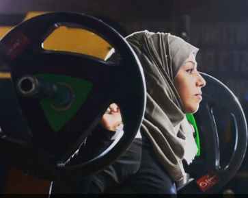 Хрупкая девушка в хиджабе нанесла поражение мощным штангистам