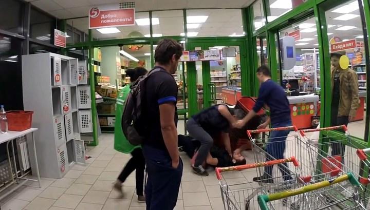 """Охранник """"Пятёрочки"""" жестоко избил покупателя с бородой (ВИДЕО)"""