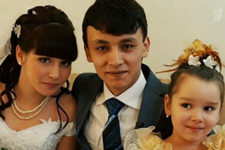 Родившая в 11 лет москвичка и ее муж таджик стали образцово-показательной для России семьей