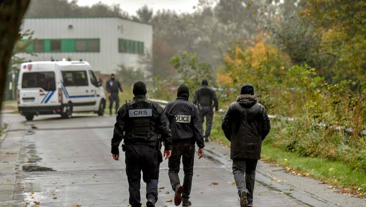 Полицейские возле штаб-квартиры Centre Zahra France