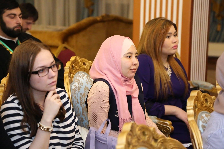 Алина Сулейманова (в центре)