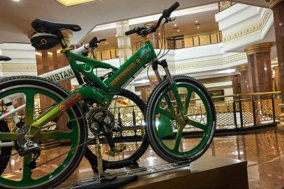 В Туркменистане бюджетников обяжут закупиться велосипедами у родни президента