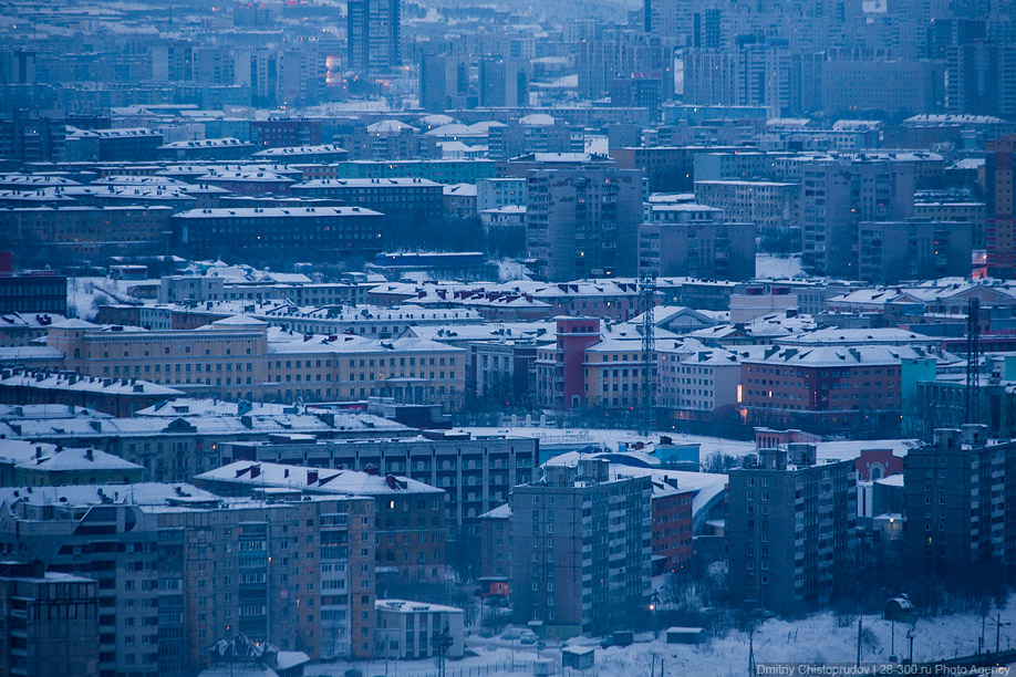 Зимний город окутан мраком