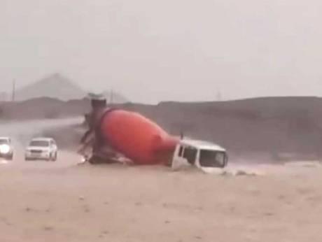 Потоки воды снесли бетоновоз, тело водителя нашли почти через пять дней