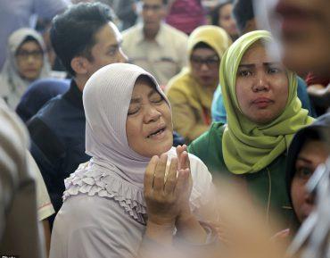 Семьи пассажиров упавшего в Индонезии самолета ждут страшных новостей