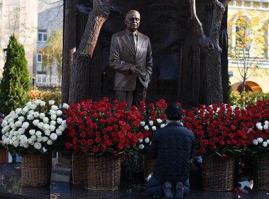 """В Москве открыли памятник """"выдающемуся сыну узбекского народа"""""""