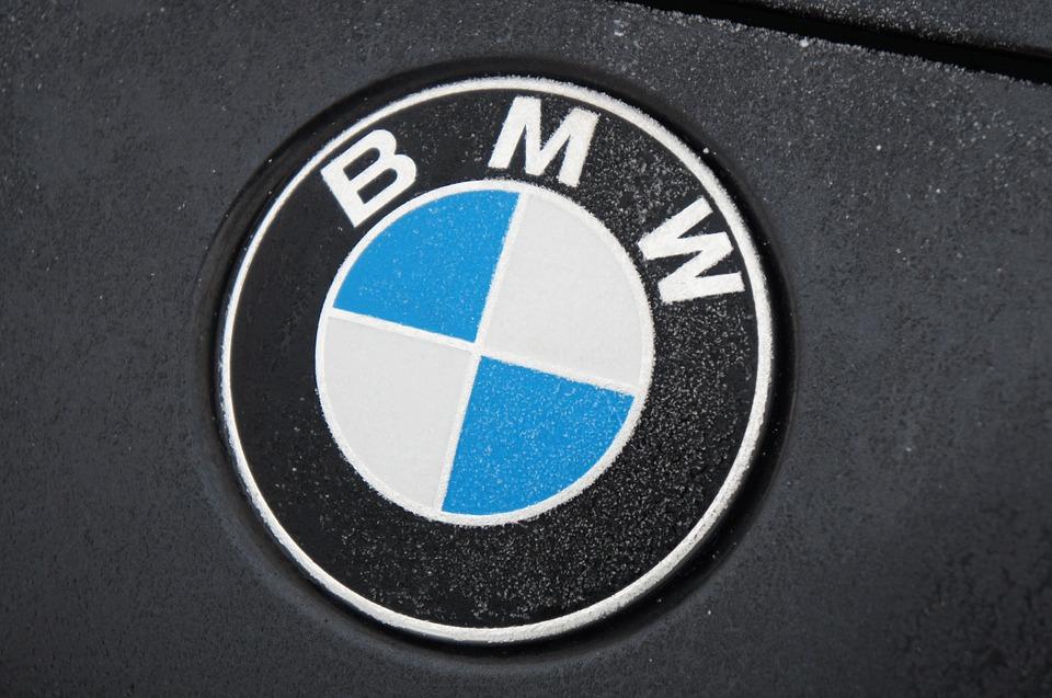 Чем привлекательна одежда с атрибутикой и принтами BMW?