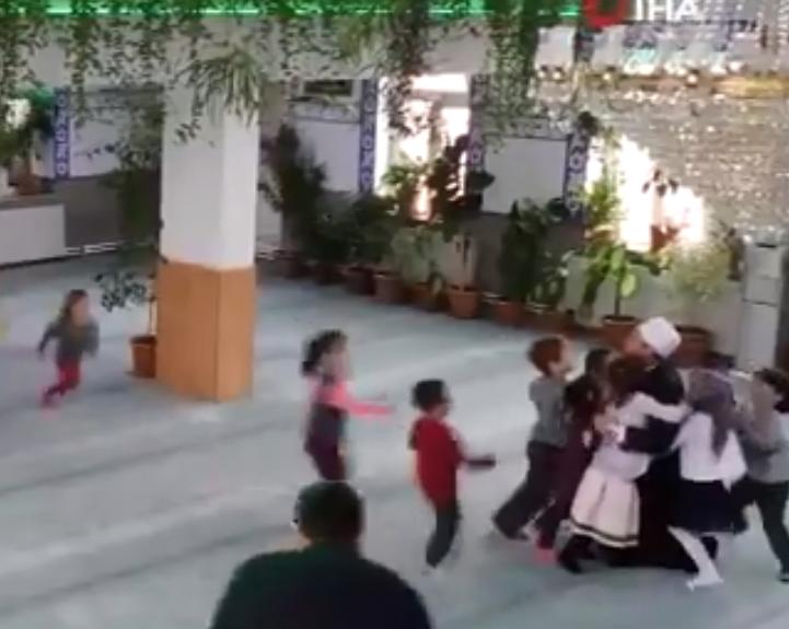Дети бегут обнимать имама-садовода