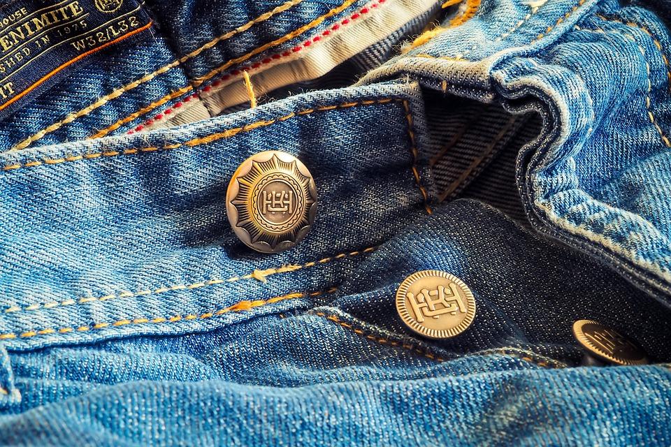 Что делать с появившимися дырками на джинсах?