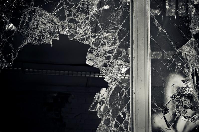 Нюансы процесса резки закаленного стекла для его замены: что учитывать?