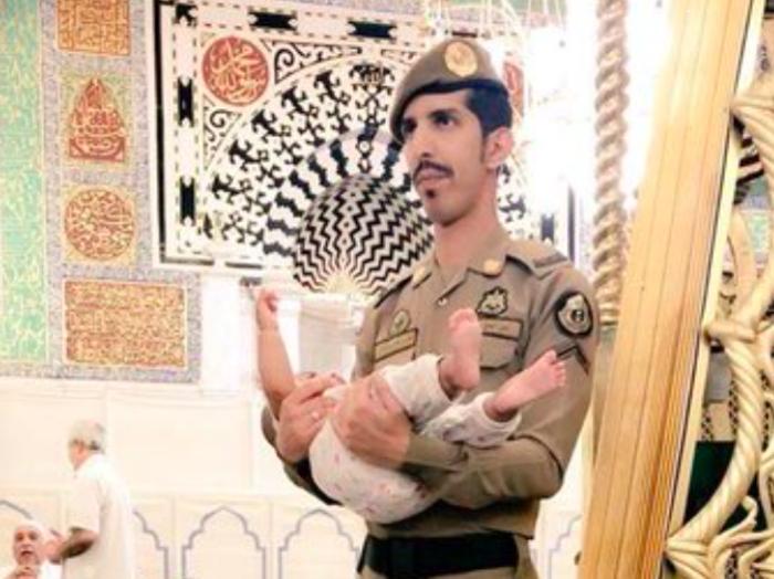Действия саудовского полицейского с кричащим младенцем произвели фурор