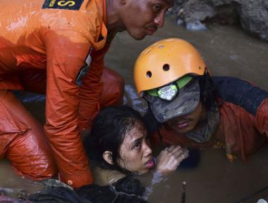 Девочка по имени Истихара чудом спаслась из каменного плена в Индонезии